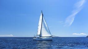 Żeglować z wybrzeża Grecja Rzędy luksusowi jachty przy marina dokiem Natura Obraz Stock