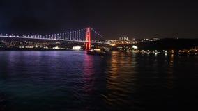 Żeglować zdala od Istanbuł ` s mosta przy nocą zbiory wideo
