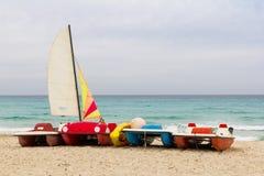 Żeglowań catamarans na plaży Zdjęcie Stock