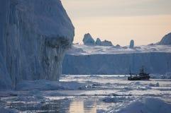Żeglować przez gór lodowa Obrazy Royalty Free