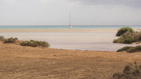 Żeglowanie łódź na Atlantyckim oceanie blisko wybrzeża Fuerteventura Obrazy Stock