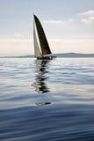 Żeglowanie łódź na błękitny Adriatyckim Fotografia Stock