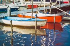 Żeglowanie łódź na mola czekaniu dla był czynszowa Alster jezioro hamburger zdjęcia royalty free