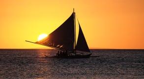 Żeglowanie łódź na morzu przy zmierzchem przy Boracay wyspą Phils Fotografia Royalty Free