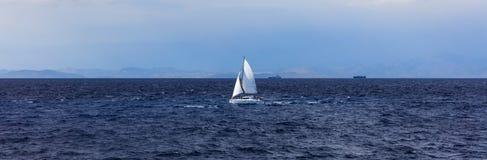 Żeglowanie łódź na niebieskiego nieba i morza tle Zdjęcia Stock