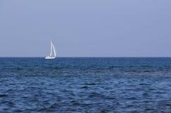 Żeglowanie łódź na otwartym morzu Obrazy Royalty Free