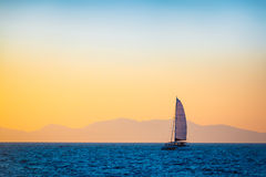 Żeglowanie łódź na wieczór morzu Zdjęcie Royalty Free