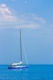 Żeglowanie łódź na wysokich morzach Obraz Royalty Free