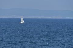 Żeglowanie łódź na wysokich morzach Zdjęcie Royalty Free