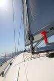 Żeglowanie łódź pływa statkiem w morzu Obrazy Royalty Free