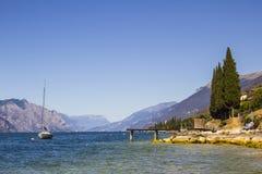 Żeglowanie łódź przy jeziorem Fotografia Stock