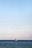 Żeglowanie łódź przy kotwicą, przestrzeń dla teksta na wierzchołku Fotografia Royalty Free