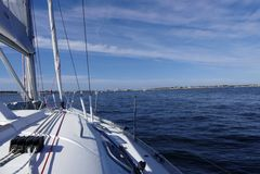 ŻEGLOWANIE łódź PRZY morzem Obrazy Royalty Free
