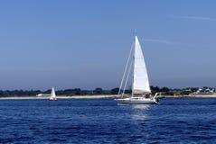 ŻEGLOWANIE łódź PRZY morzem Zdjęcie Royalty Free