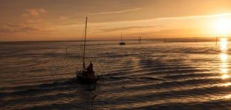 Żeglowanie łódź w słońce secie Zdjęcie Stock