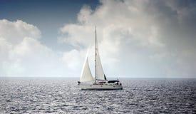 Żeglowanie łódź w wiatrze Obrazy Royalty Free