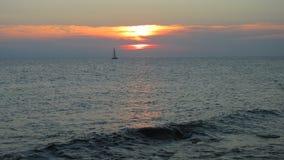 Żeglowanie łódź zmierzchem Zdjęcia Royalty Free