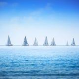 Żeglowanie łodzi jachtu regatta w morzu lub oceanie. Zdjęcie Royalty Free