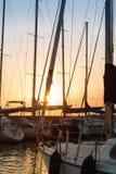 Żeglowanie łodzi ` s maszty: Doku nadmorski Zdjęcie Royalty Free