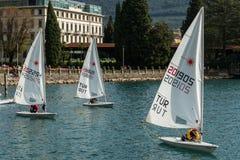 Żeglowanie łodzie Jeziorny Garda Włochy zdjęcie stock