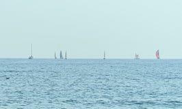 Żeglowanie łodzie na Czarnym morzu, błękitnych wod fala, jasny niebo Obraz Stock