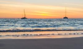 Żeglowanie łodzie na morzu przy zmierzchem Fotografia Royalty Free
