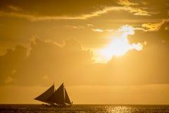 Żeglowanie łodzie na morzu przy zmierzchem przy Boracay wyspą Zdjęcia Stock