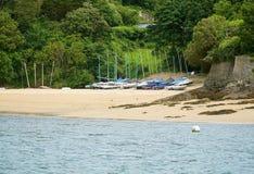 Żeglowanie łodzie na Salcombe, Devon plaża Obrazy Stock