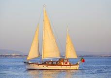 Żeglowanie łodzie na Tagus rzece w Lisbon - Rzeczny Tejo Fotografia Royalty Free