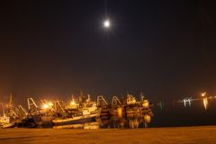 Żeglowanie łodzie przy portem w nocy Zdjęcie Stock