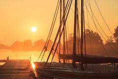 Żeglowanie łodzie przy wschodem słońca Fotografia Royalty Free