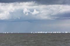 Żeglowanie łodzie w morzu na horyzoncie chmury w niebie Zdjęcie Stock