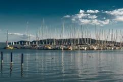 Żeglowanie łodzie W schronieniu Przy Jeziornym Balaton W Węgry Fotografia Stock