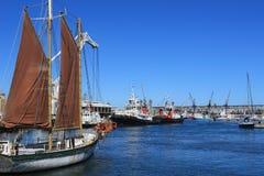 Żeglowanie łodzie w schronieniu przy nabrzeżem w Capetown, Południowa Afryka, ocean błękit Obraz Stock