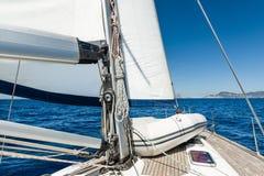 Żeglowanie jacht iść na jej żaglach w spokój pogodzie Obraz Stock