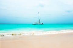 Żeglowanie jacht na morzu karaibskim przy Aruba wyspą Zdjęcia Royalty Free