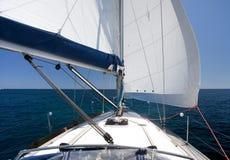 Żeglowanie jacht na plecy wiatrze na błękitnym niebieskim niebie i morzu Fotografia Stock