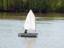 Żeglowanie jacht na rzece Fotografia Stock