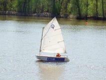 Żeglowanie jacht na rzece Obraz Royalty Free