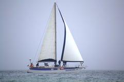 Żeglowanie jacht na wysokich morzach Obrazy Royalty Free