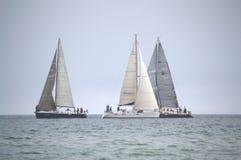 Żeglowanie jacht na wysokich morzach Fotografia Royalty Free