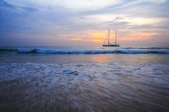 Żeglowanie jacht przeciw zmierzchowi Zdjęcia Stock