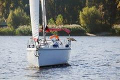 Żeglowanie jacht przy brzeg w jesieni Obrazy Royalty Free