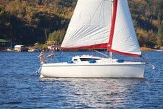 Żeglowanie jacht przy brzeg w jesieni Fotografia Royalty Free