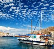 Żeglowanie jacht przy Marina Symi na Pogodnym letnim dniu Grecja Obraz Royalty Free