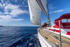 Żeglowanie jacht w błękitnym morzu Fotografia Stock