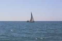 Żeglowanie jachtu ` Hanya ` na horyzoncie w Czarnym morzu Obrazy Stock
