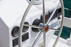 Żeglowanie jachtu kontrolny koło i narzędzie Fotografia Stock
