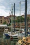 Żeglowanie jachty cumowali przy molem w Vladivostok Obrazy Stock