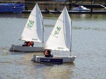 Żeglowanie jachty na rzece Zdjęcia Royalty Free